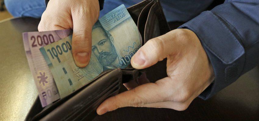 Resultado de imagen para persona con sueldo minimo en la mano