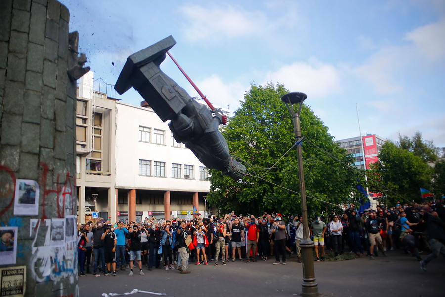 Manifestantes derribaron estatua de Pedro de Valdivia en Plaza Independencia de Concepción - Diario Concepción